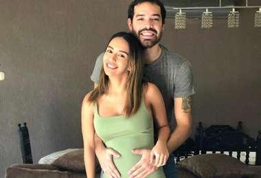 Junior Sánchez posa junto a su novia, Mariana Alanoca, que en diciembre lo hará papá por primera vez. Foto: Junio Sánchez