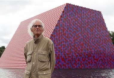 Christo frente a la instalación que armó con más de 7.500 barriles de colores en el lago Serpentine de Hyde Park en Londres