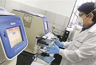 El termociclador utiliza la técnica PCR en tiempo real para detectar los casos positivos y negativos de Covid-19. Foto: Fuad Landívar