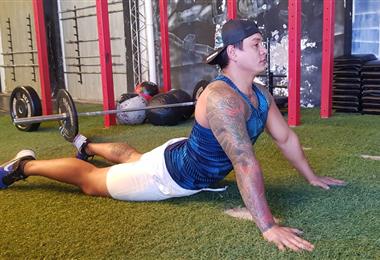 El instructor Cristian Nova realizando un ejercicio de elongación