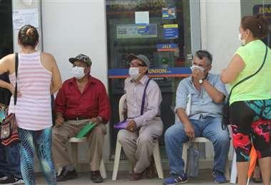 Los ancianos realizan largas colas en los bancos/