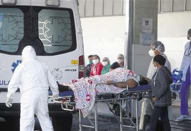 La sirena de la ambulancia anuncia la llegada de un nuevo paciente con Covid-19; el personal de salud trabaja de manera incansable para dar asistencia a pesar de las limitaciones. Foto: Jorge Uechi