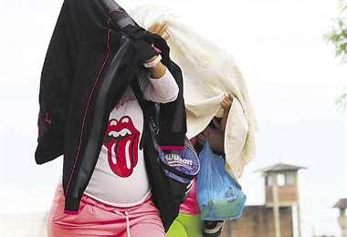 Mujeres con hijos en los brazos, saliendo o ingresando del penal, muestra de una realidad constante. Foto: EL DEBER