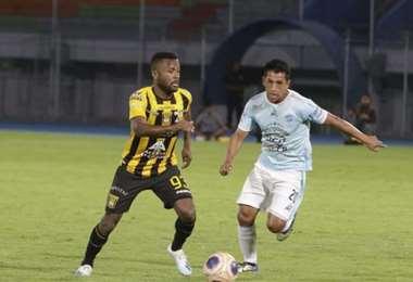 Willie Barbosa, de The Strongest, se le escapa a Amilcar Sánchez, de Aurora. Jugaron en la fecha 12 del Apertura. Foto: El Deber