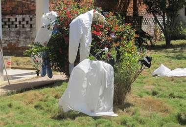 Así secan sus trajes de bioseguridad el personal médico del hospital Germán Busch. (FOTO: APG)