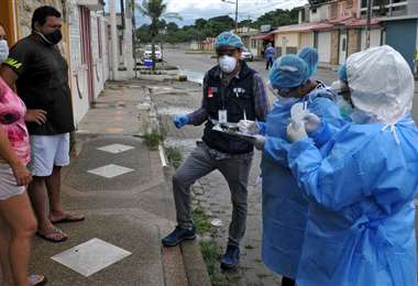 Control en un barrio periférico de Guayaquil. Foto AFP