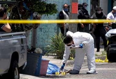 Especialistas toman muestras en el lugar de los ataques. Foto AFP