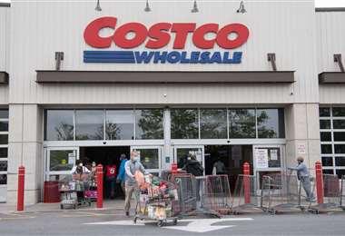 Compradores salen con carros llenos de una tienda de Costco en Washington. Foto AFP