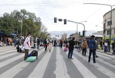 Ciudadanos protestan afuera de la terminal de buses, en Cochabamba /Foto: APG Noticias