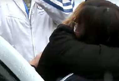 Momento del abrazo con una familiar