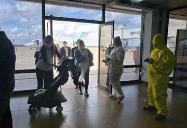Llegan al país 82 ciudadanos bolivianos provenientes de la Argentina | ABI