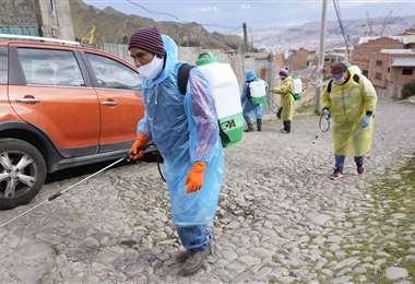 En Chuquisaca desinfectan las calles para prevenir el Covid-19. Foto APG
