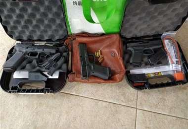 Armas halladas durante la detención de la pareja. Foto ABC color