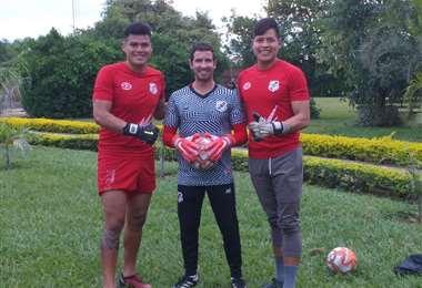 Gustavo Gois de Lira junto a Javier Rojas (izq) y Jimmy Roca cuando los entrenaba en Nacional Potosí. Foto: Gustavo Gois de Lira