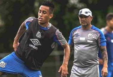 Christian Cueva durante un entrenamiento en el Santos, ante la atenta mirada de Jorge Sampaoli. Foto: Internet