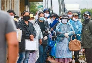 En las entidades financieras se perciben aglomeraciones, el Gobierno pide evitarlas. Foto: Jorge Uechi