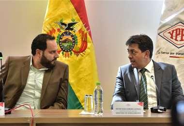 Soliz (izq) es el que administra YPFB y Zamora (der) es el presidente del directorio de la petrolera/Foto: APG