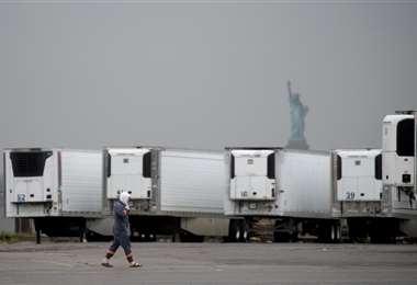 Camiones refrigerados que funcionan como morgues ambulantes en la Terminal Marina del sur de Brooklyn. Foto AFP