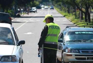 Un policía controla el cumplimiento de la cuarentena en una calle de Santa Cruz. Foto: Fernando Soria