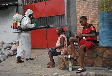 Un funcionario fumiga en la favela Babilonia en Río de Janeiro. Foto AFP