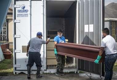 Un muerto por Covid-19 llega al crematorio El Ángel de Lima. Foto AFP