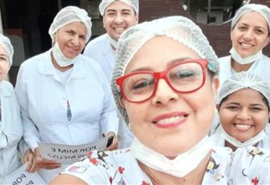 La enfermera Carla Mileni Siqueira dos Santos (con gafas rojas), de 49 años, con parte de su equipo
