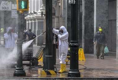 Un funcionario fumiga en el centro de Guayaquil. Foto AFP