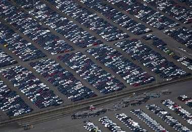 Vista aérea muestra autos nuevos a la venta en el puerto de Duisburg, que ha vuelto a la actividad. Foto AFP