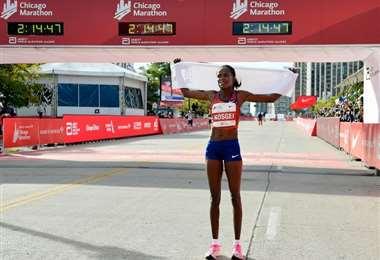 La atleta keniana Brigid Kosgei celebra su victoria en el maratón de Chicago, el 13 de octubre de 2019. Foto: AFP