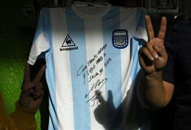 Esta es la camiseta que será sorteada en el barrio Favaloro. Foto: AFP