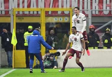 El defensa central brasileño del Torino, Bremer (C), celebra un gol sobre el AC Milan, durante un partido de Copa Italia jugado el 28 de enero de 2020 en el estadio San Siro de Milán. Foto: AFP