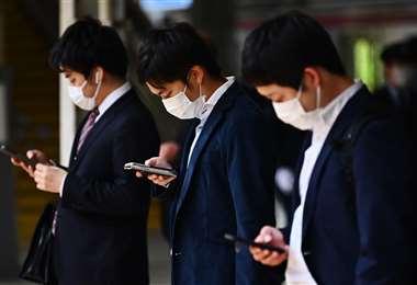 En Japón analizan prohibir el uso de smartphone mientras caminan en la calle