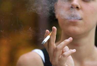 Una joven con un cigarrillo en sus manos I referencial.