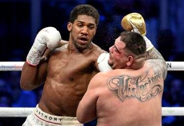 Anthony Joshua propina un golpe a Andy Ruiz Jr durante un combate de los pesos pesados el 7 de diciembre de 2019 en Diriya (Arabia Saudí). Foto: AFP