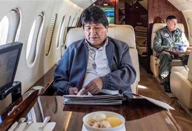 El ex jefe de Estado en el avión presidencial I archivo.