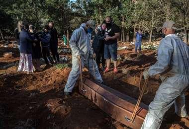 Un muerto por Covid-19 es enterrado en un cementerio de San Pablo. Foto AFP