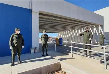 Personal policial en el centro de aislamiento I Emilio Huascar.
