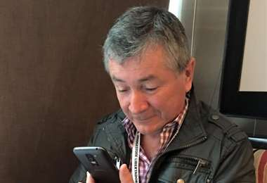 Walter Castedo con teléfono en mano. Amigos y familiares lo llaman a cada rato. Su salud mejoró. Foto: El Deber