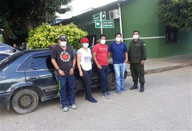 Los periodistas fueron rescatados por policías de Yapacaní a la cabeza del comandante Franklin Villarón. Foto. Soledad Prado