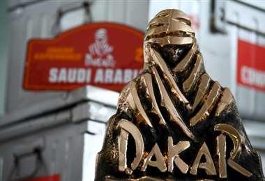 Imagen de un trofeo del Rally Dakar tomada el 10 de junio de 2020 en París. Foto: AFP