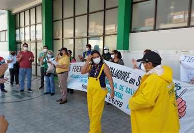 Funcionarios protestaron con los trajes dotados por la Alcaldía /Foto:Trabajadores de Salud