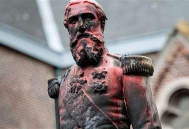 En Amberes la estatua del rey fue vandalizada. Foto AFP