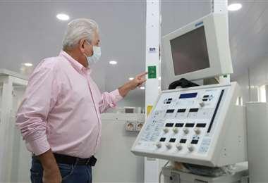 El gobernador Costas muestra uno de los respiradores recibidos este sábado /Foto: Gobernación