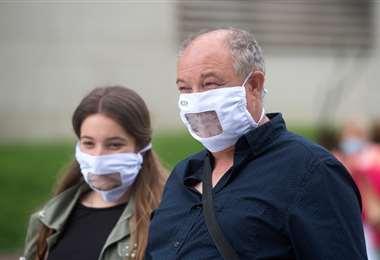 Dos personas con discapacidad auditiva pasean en la ciudad vasca de San Sebastián. Foto AFP