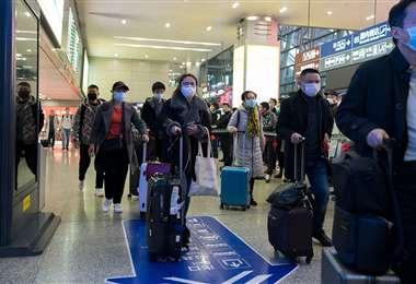Viajeros protegidos con barbijos en un aeropuerto de China. Foto Internet