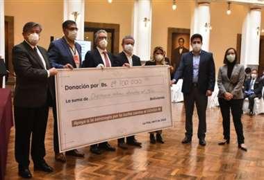 Asoban entregando un donativo al Gobierno/Foto: Internet