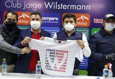 Grover Vargas (segundo de la derecha) junto a miembros del comité cívico de Cochabamba. Fue este lunes en la secretaría del club. Foto: APG