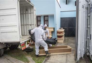 Trabajadores del crematorio El Ángel llevan a una víctima de Covid-19. Foto AFP
