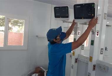 El trabajo de instalación de los respiradores en los domos del hospital Japonés