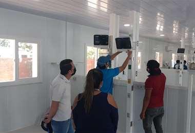 El trabajo de instalación y calibración de los respiradores para los domos del hospital Japonés